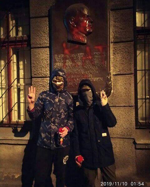 Хулиганы-малолетки на фоне осквернённой мемориальной доски  в честь маршала Жукова