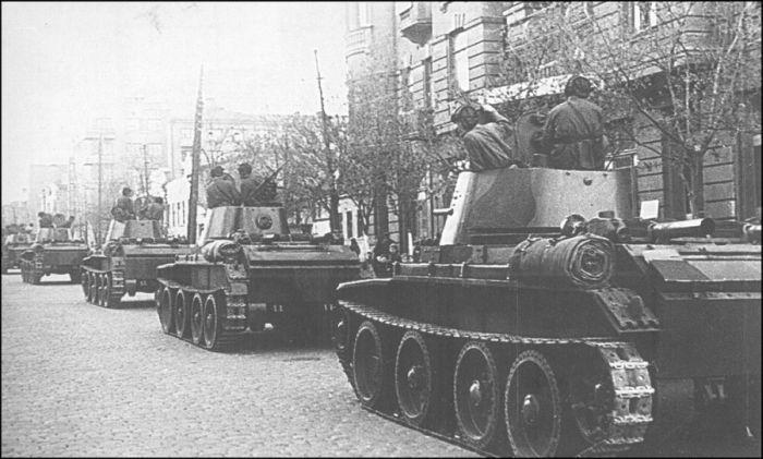 Танки БТ-7 советской 24-й легкотаноковой бригады входят в город Львов 18.09.1939 года