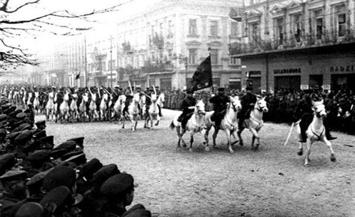 Советская кавалерия во Львове после капитуляции города. Парад на Гетманских Валах возле Гранд-Отеля