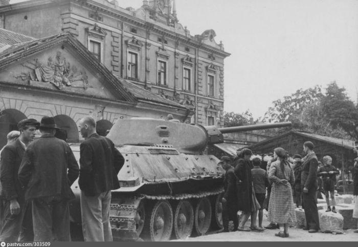 Львовяне рассматривают советский танк