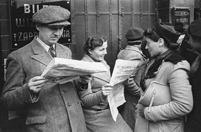 Львовяне читают советские газеты. Фото: исторический архив Львова