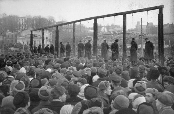 Казнь немецко-фашистских преступников в Киеве на Майдане (площадь Калинина)