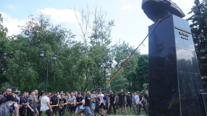 В Харькове националисты снова сносят памятник Жукову