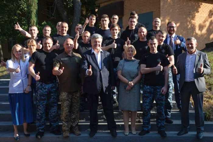 Петины моряки. Порошенко не упустил случая сделать фото на фоне освобождённых моряков
