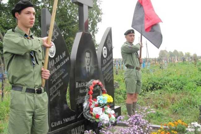 Пластуны несут почётный караул у могилы Васыля Ивахива, устроившего еврейский погром в Перемышлянах