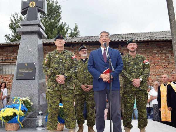 Канадский посол – пластун-сеньор – на открытии памятника убийцам евреев
