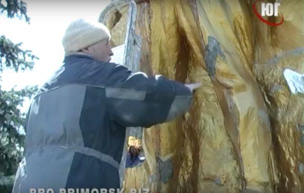 Изуродованный вандалами памятник в честь Первого Ногайского совета.
