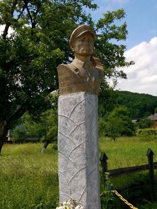 Памятник палачу евреев Долишняку.