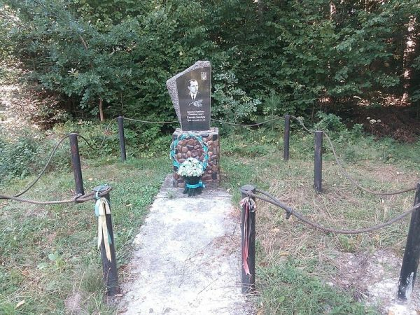 Памятник Бандере в селе Завий.