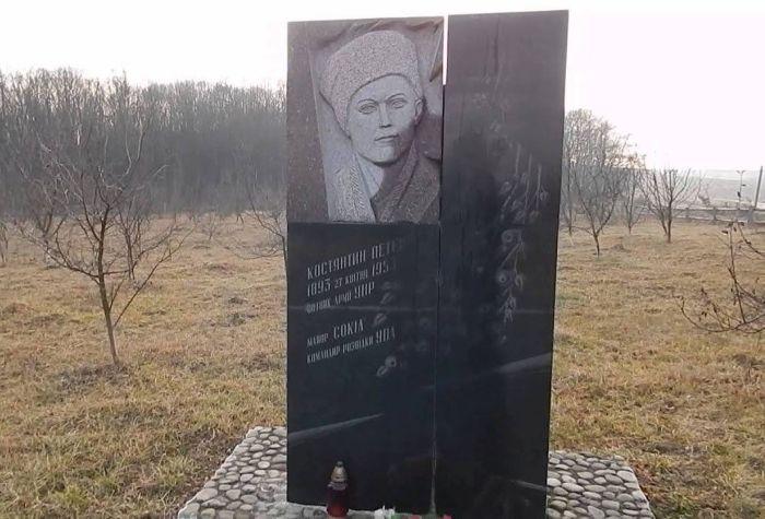 Памятник организатору и участнику массовых убийств евреев Петеру.