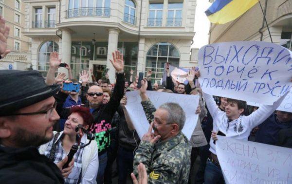 Митинг у штаба Зеленского сторонников Порошенко, так называемых «порохоботов»