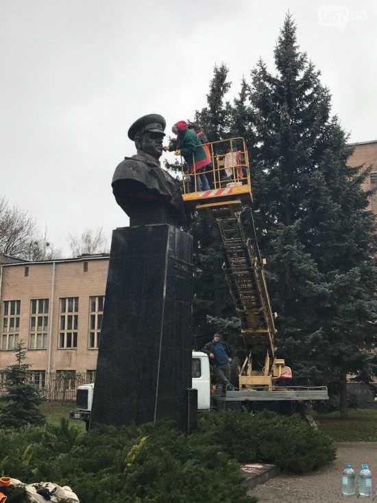 Вандалы облили бюст Жукова краской. Работники харьковских коммунальных служб восстанавливают памятник