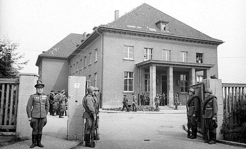 Здание немецкого военно-инженерного училища в пригороде Берлина — Карлсхорсте, в котором проводилась церемония подписания Акта о безоговорочной капитуляции Германии