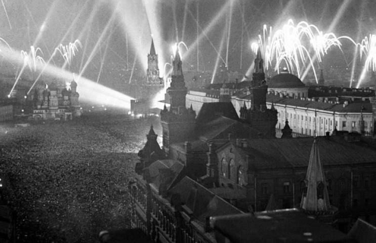 Красная площадь в Москве, 1945 год. Салют в честь победы над нацистской Германией