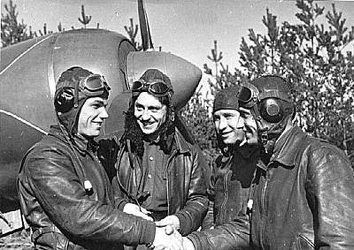 Иван Кожедуб (крайний слева) среди своих боевых товарищей.