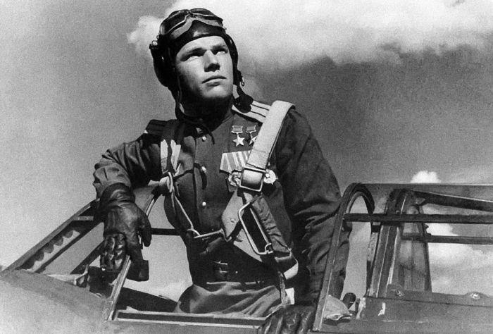 Лётчик-ас Иван Кожедуб, уже дважды Герой Советского Союза. 1944 год.