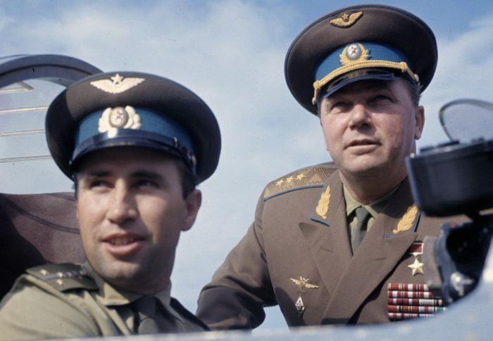 Генерал-полковник Иван Никитович Кожедуб с молодым пилотом на учениях, 1973 г.
