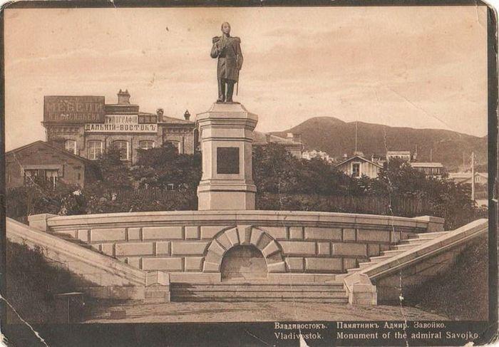 Памятник адмиралу В.С. Завойко во Владивостоке. Открытка начала ХХ века.