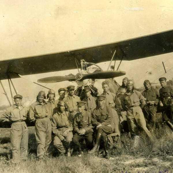 Инструкторы и курсанты возле самолёта У-2