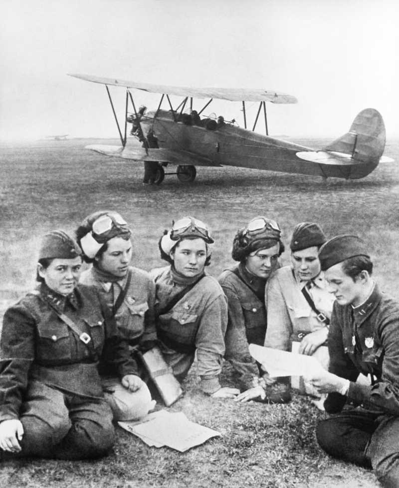 Лётчицы получают полётное задание от командира