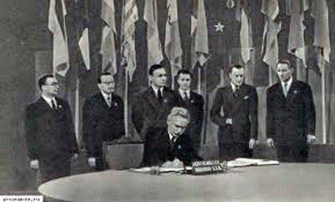Мануильский подписывает устав ООН