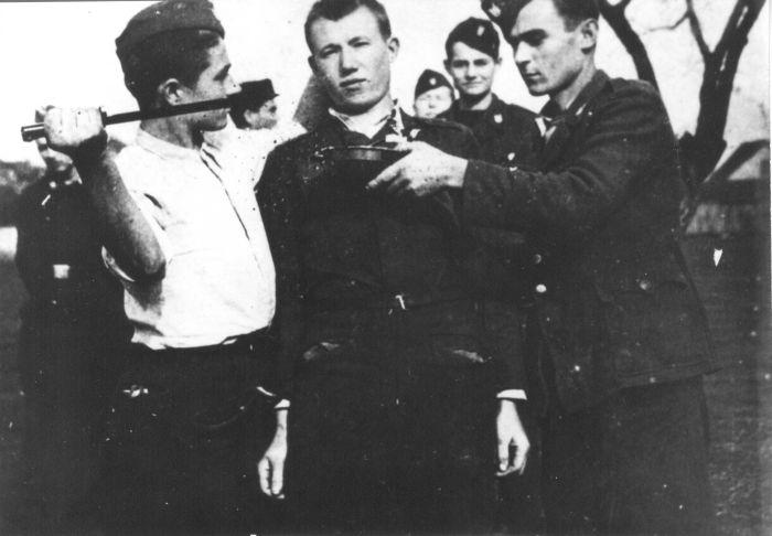 Усташи убивают серба