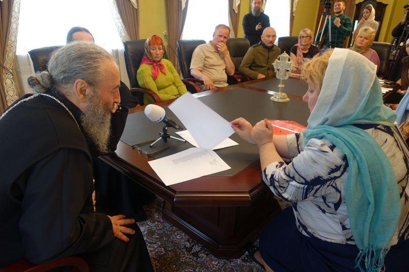 Встреча митрополита Онуфрия с родителями военных, пропавших в Донбассе