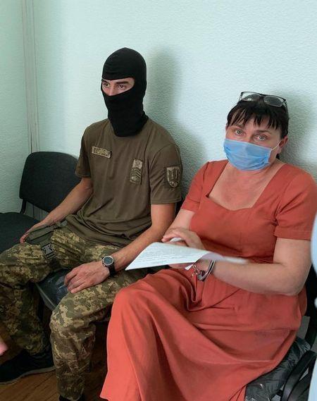 Преподавателя русского языка держат в наручниках