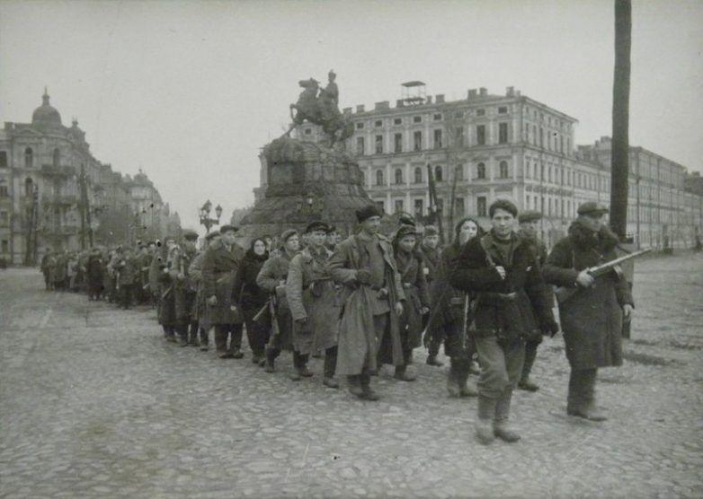 Партизаны входят в освобождённый Киев