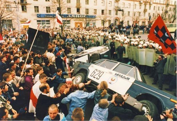 Ещё во второй половине 1990-х годов боевики УНА-УНСО (Украинская Национальная Ассамблея – Украинская Народная Самооборона)* активно действовали на протестах в Минске.
