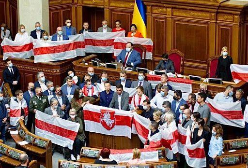 В Раде депутаты активно поддерживают белорусские протесты под БЧБ-флагами, видя в них антироссийское содержание