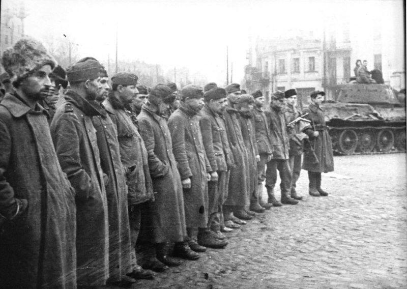 Румынские и немецкие военнопленные под охраной партизан в Киеве, ноябрь 1943 г.