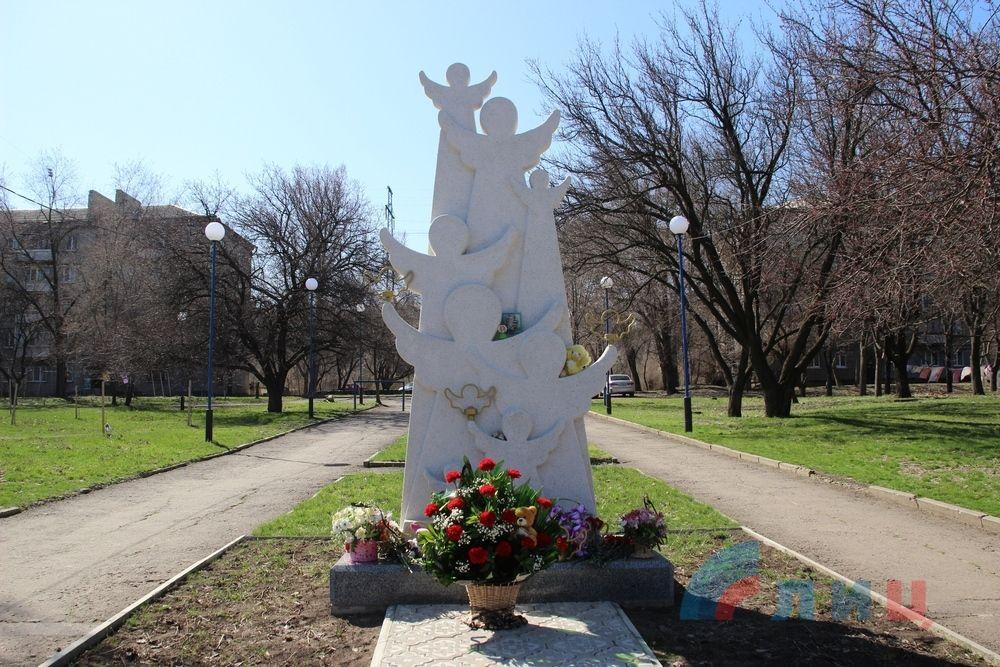 Памятный знак «Погибшим детям ЛНР»