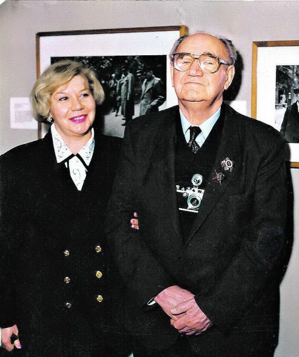 Евгений Халдей и его дочь Анна на выставке, 1995 год