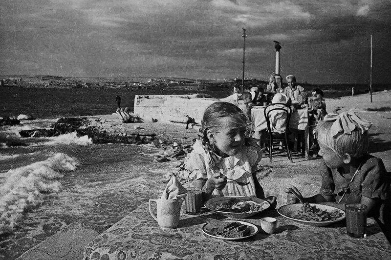 «Обед в детском саду у моря», Е. Халдей