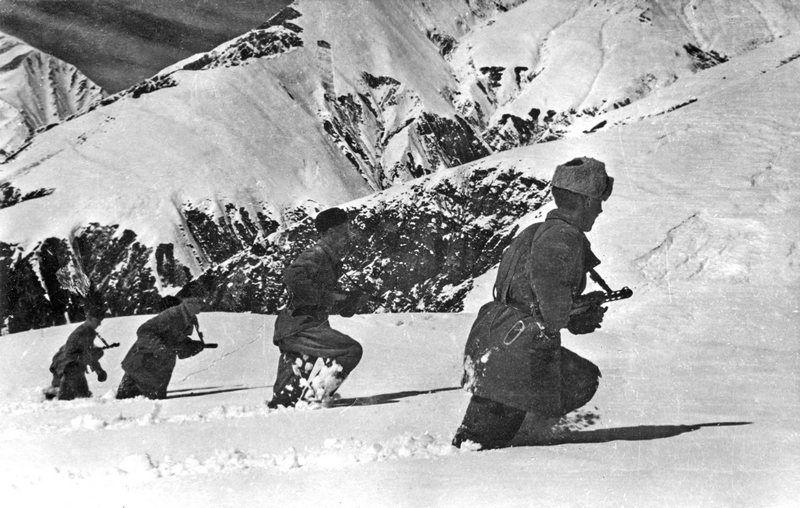 Советские военные разведчики на боевом задании.