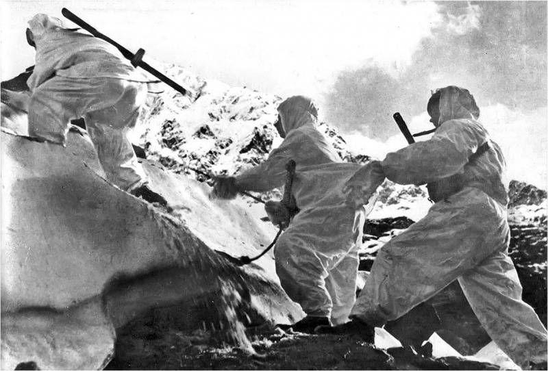 Советские воины-альпинисты поднимаются по леднику