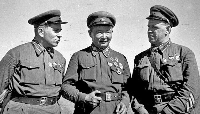 Слева направо: командарм 2-го ранга Г.М. Штерн, маршал Монгольской Народной Республики Х. Чойбалсан и командир корпуса Г.К. Жуков на командном пункте Хамар-Дабан (Монголия, 1939 г.)