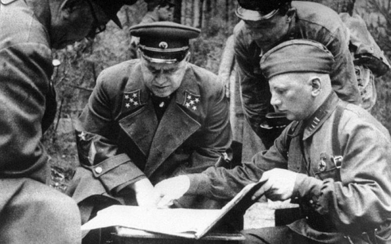 Командующий Резервным фронтом генерал армии Г.К. Жуков с офицерами на совещании на командном пункте под Ельней,1941 год