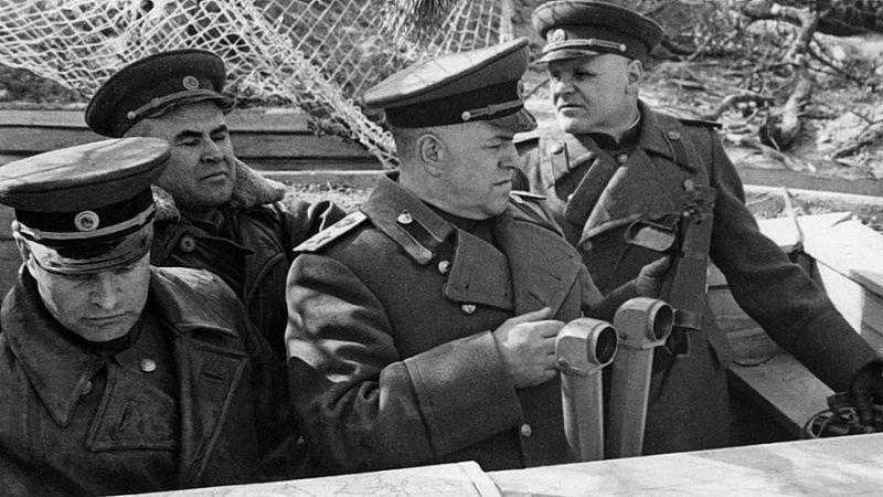 Командующий 1-м Белорусским фронтом маршал Г.К. Жуков на командном пункте на Зееловских высотах (примерно в 90 километрах к востоку от Берлина)