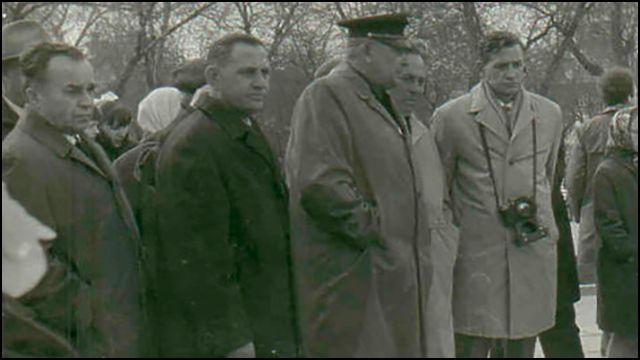Доктор Синяков (четвертый слева) и спасённые им лётчики у Вечного огня в Челябинске