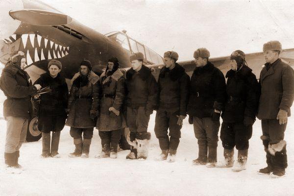 Лётчики 19-го Гвардейского ИАП у истребителя P-40