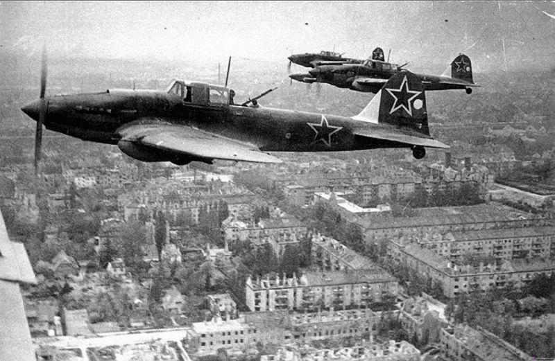 Звено Ил-2М в небе над Берлином, май 1945 года