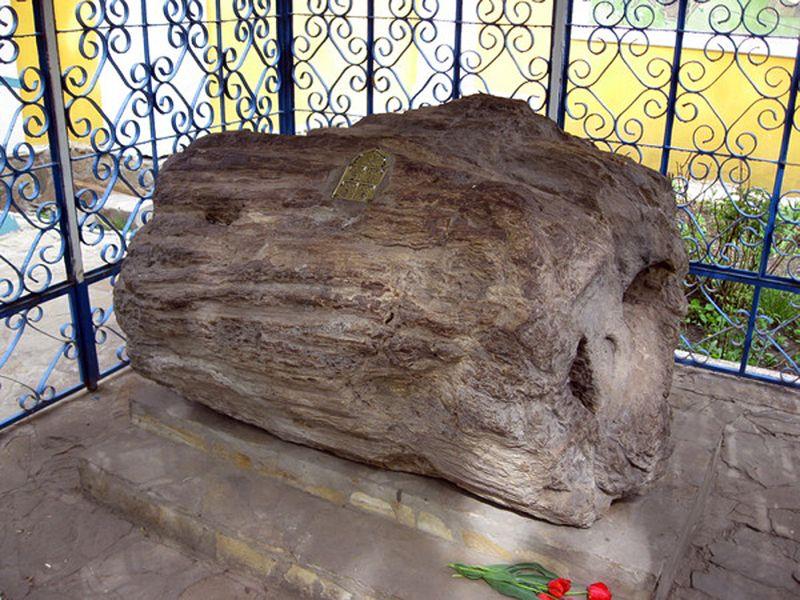 Часовня над гробницей старца Филиппа. Под красной кровлей – окаменевший дуб