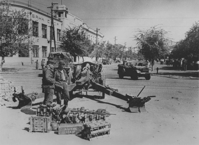 Немецкие артиллеристы на пересечении улицы Ленина и проспекта Карла Маркса
