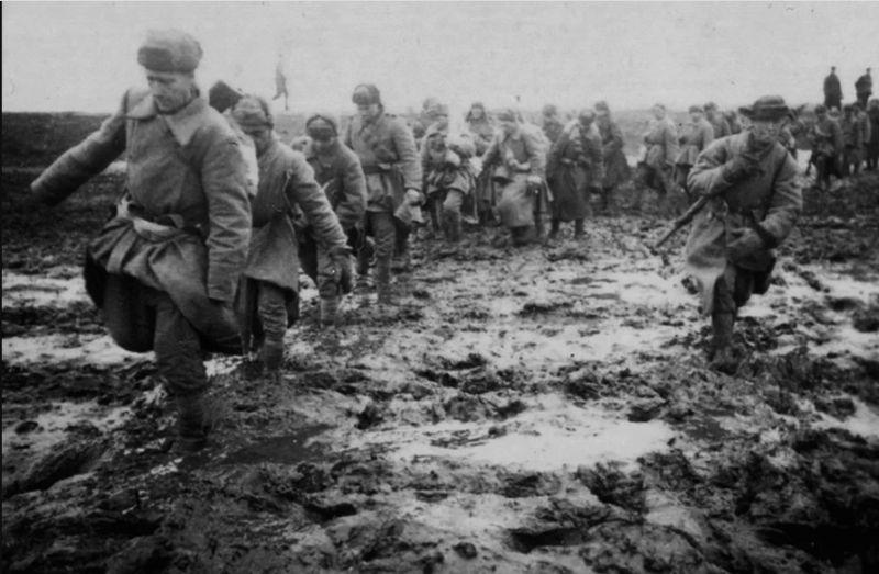 Советская пехота движется по бездорожью к городу