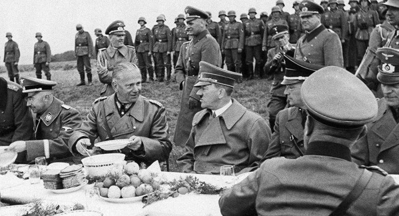 Вальтер фон Рейхенау и Адольф Гитлер, заветам которых чётко следует глава УИНП Дробович: «Никакие исторические или художественные ценности на Востоке не имеют значения»