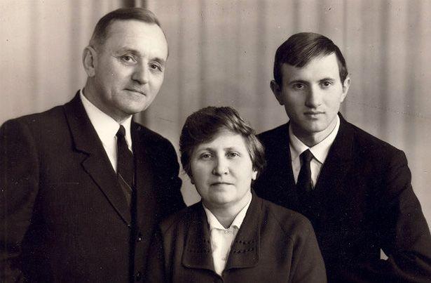 Василий Кук с женой Ульяной и сыном Юрием. 1971 год
