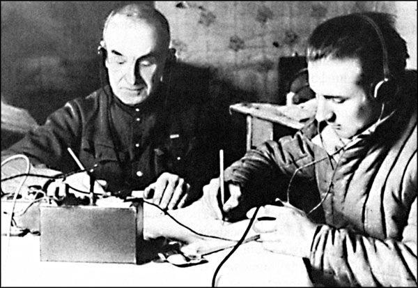 Немецкий радист ведёт радиоигру со своим руководством