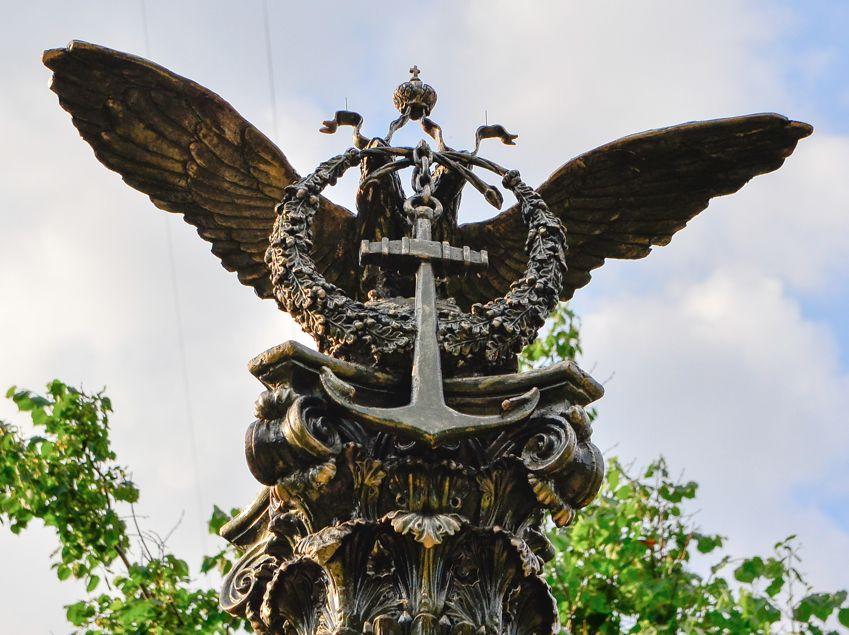 Памятник затопленным кораблям, орёл.
